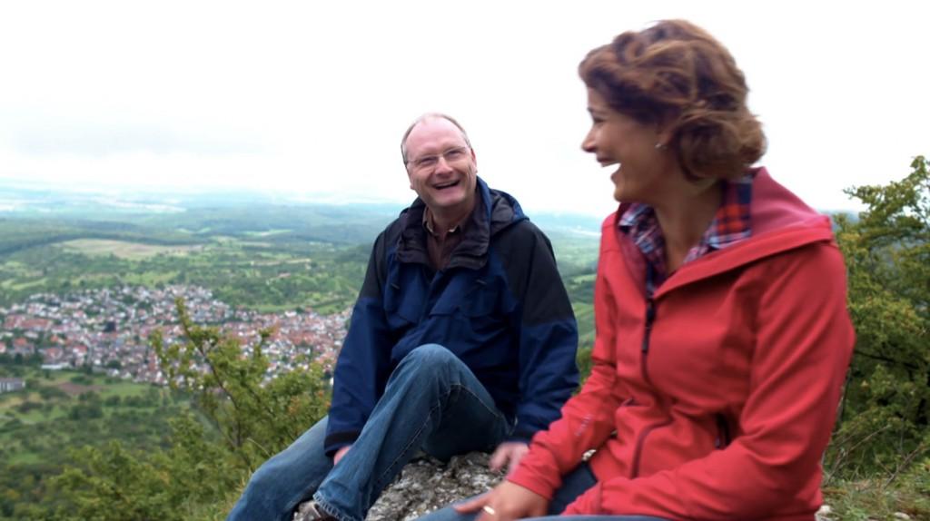 Sven und Lena suchen nach Spuren im Stein